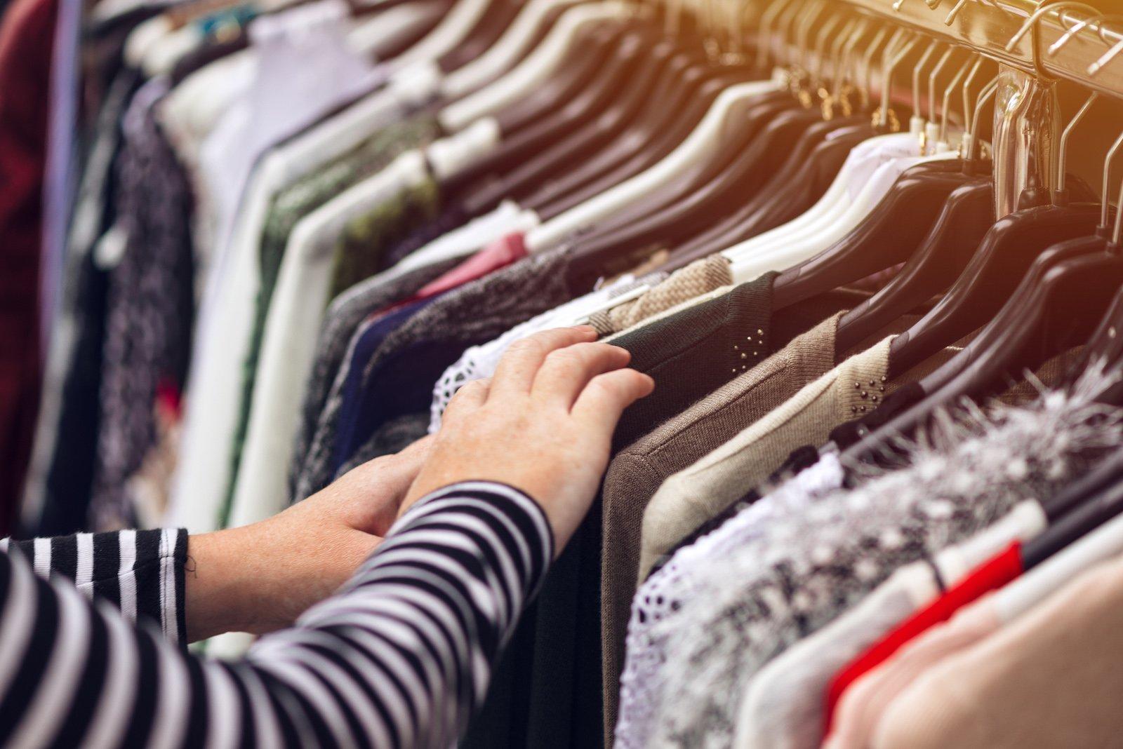 Kobieta oglądająca ubrania w second handzie